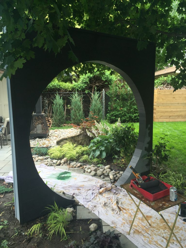 The moon gate marks the transition to the pool area. It helps to create separate rooms.